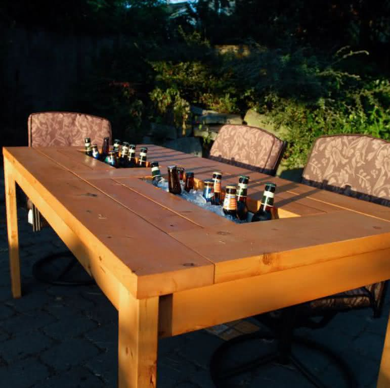 patio-table-built-beer-coolers, mesa-com-cooler, mesa-gelar-cerveja, cerveja, mesa-bar-cerveja, gelar-cerveja-mesa, mesa-de-cerveja, por-que-nao-pensei-nisso 2