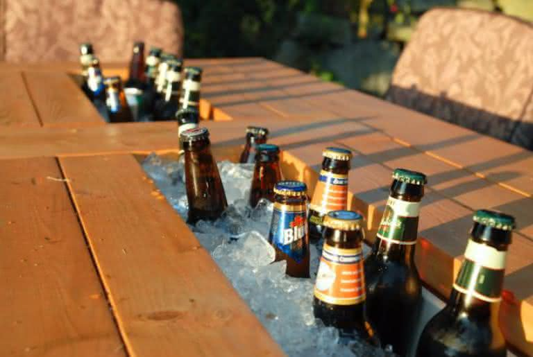 patio-table-built-beer-coolers, mesa-com-cooler, mesa-gelar-cerveja, cerveja, mesa-bar-cerveja, gelar-cerveja-mesa, mesa-de-cerveja, por-que-nao-pensei-nisso 4