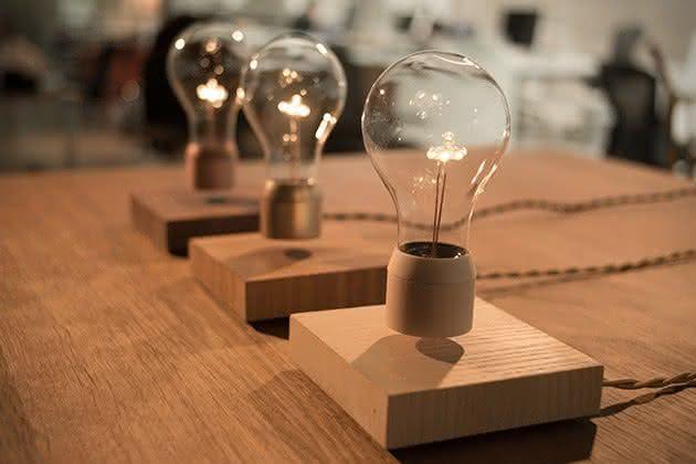 Flyte-Levitating-Light-Bulb, luminaria-que-flutua, luminaria-inovadora, objeto-que-flutua, lampada-que-voa, lampada-flutuante, por-que-nao-pensei-nisso 1