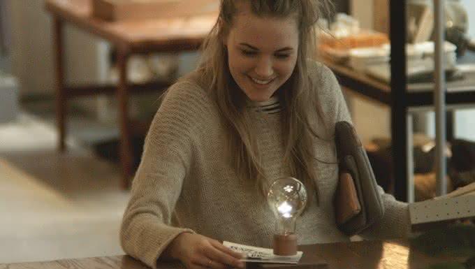 Flyte-Levitating-Light-Bulb, luminaria-que-flutua, luminaria-inovadora, objeto-que-flutua, lampada-que-voa, lampada-flutuante, por-que-nao-pensei-nisso 4